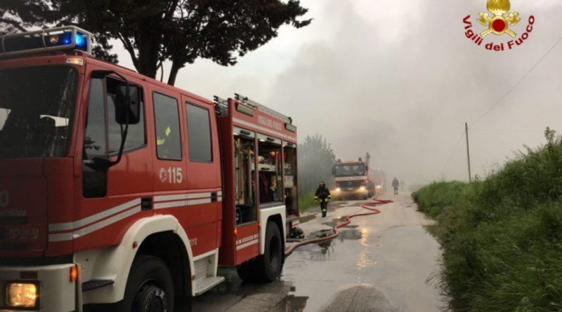 A Senigallia distrutto dalle fiamme un deposito di cosmetici