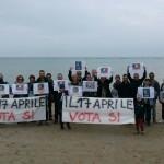 In tanti sulla spiaggia per dire no alle trivelle in mare
