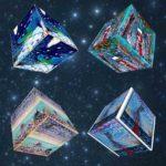 L'artista Carlo Iacomucci  nei  cubi  smaglianti  di colori
