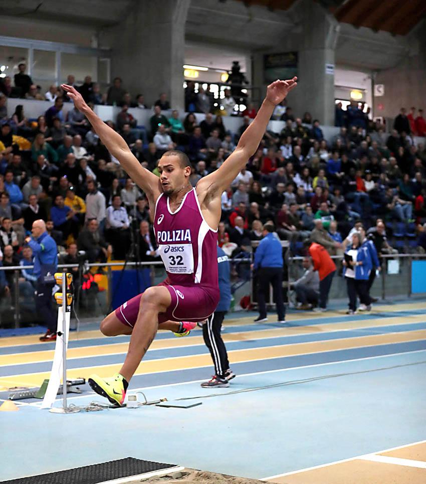 Show nel salto in lungo ai campionati italiani assoluti di atletica al Palaindoor di Ancona