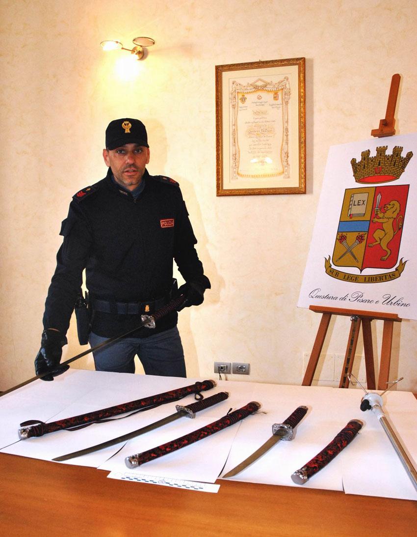 PESARO / Entra al Pronto soccorso dell'ospedale e si scaglia con una spada contro un infermiere, bloccato ed arrestato per tentato omicidio dalla polizia