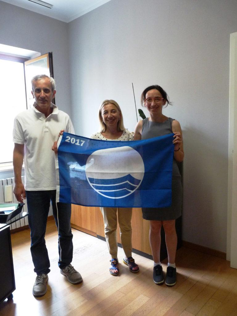 A Pesaro consegnate ufficialmente ai bagnini le Bandiere blu 2017