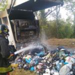 In fiamme ad Ancona un camion per la raccolta dei rifiuti