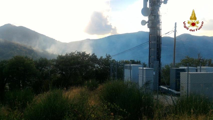 Un incendio di vaste proporzioni divampa a Cancelli di Fabriano