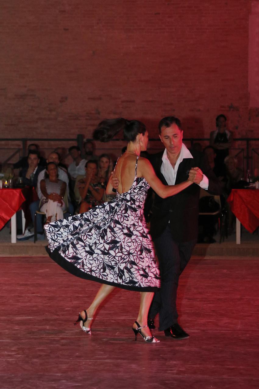 PESARO / Una serata magica a Rocca Costanza con 500 tangheri provenienti da tutta Europa