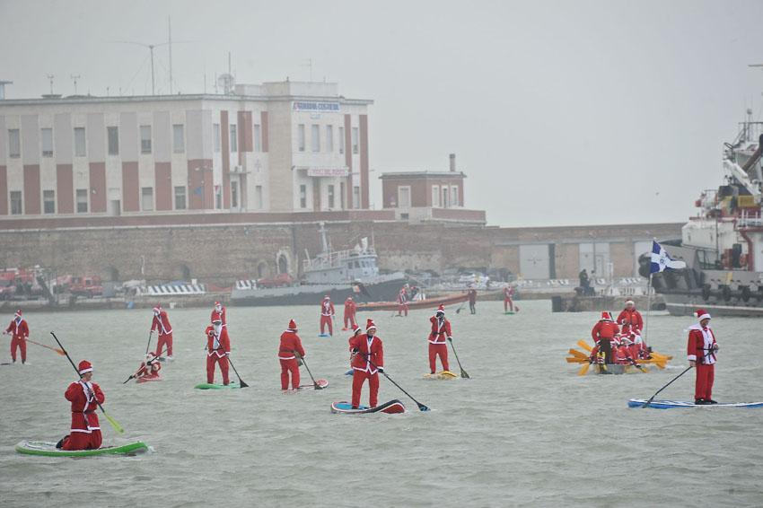 Quest'anno sono arrivati dal mare i Babbi Natale che hanno portato i regali ai bambini ricoverati al Salesi di Ancona