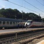 Si siede tra i binari, anziana donna salvata dagli agenti della Polizia ferroviaria di Pesaro