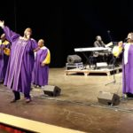 Il pubblico del teatro Rossini si mette a ballare, trascinato dai ritmi frenetici dei The Harlem Voices nel loro Gospel Concert