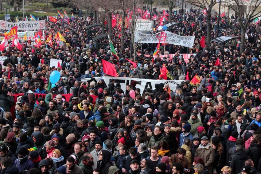 Migliaia di persone in corteo contro ogni fascismo, in una Macerata super blindata