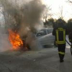 Auto in fiamme a Loreto, intervengono i vigili del fuoco