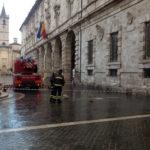 Cadono parti di travertino dal Palazzo comunale di Ascoli Piceno: i vigili del fuoco mettono in sicurezza tutta l'area