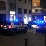 All'arrivo della polizia tenta la fuga da una finestra, cade e finisce in ospedale