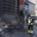 Incendio all'esterno di un'azienda di Castelfidardo, i vigili del fuoco evitano danni maggiori