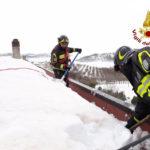 Troppa neve sul tetto e scoli bloccati, i vigili del fuoco rimettono tutto a posto