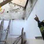 Poco prima dell'arrivo degli studenti crolla a Fermo il tetto di un'aula dell'Istituto Montani