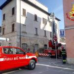 Tegole pericolanti nel centro storico di Ascoli Piceno rimosse dai vigili del fuoco
