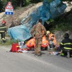Tre operai precipitano da una piattaforma mentre sistemano i piloni di una strada danneggiata dal terremoto