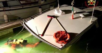Recuperata dai vigili del fuoco nel porto turistico di Ancona una barca affondata