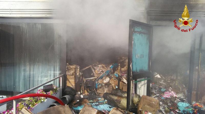 Brucia nella notte a Porto Sant'Elpidio il magazzino di un emporio cinese