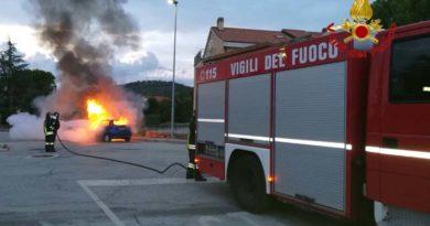 Auto in fiamme a Colbuccaro, i vigili del fuoco evitano danni maggiori