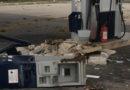 Distruggono nella notte due colonnine di un distributore di carburanti ma non riescono a sottrarre le cassette con il denaro