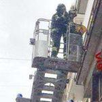 Intonaco pericolante in Corso Carlo Alberto, ad Ancona: i vigili del fuoco mettono un palazzo in sicurezza