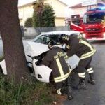 Si schianta contro un albero a Castelfidardo ma vigili del fuoco e carabinieri trovano l'auto vuota