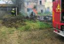 Vigili del fuoco in azione a Castelfidardo dove le fiamme hanno danneggiato un deposito di attrezzature agricole