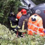 Madre e figlia incastrate nell'auto finita fuori strada alla periferia di Fabriano