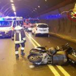 Un ferito sotto la Galleria della Montagnola nello scontro tra un'auto ed uno scooter