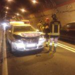 Tre feriti in un incidente tra due auto sotto la galleria della Montagnola