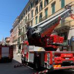 Cadono pezzi di intonaco da un palazzo di Corso Garibaldi, i vigili del fuoco rimettono in sicurezza tutta l'area