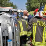 L'auto si rovescia più volte, settantenne ferita lungo la Statale a Castelfidardo