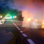 Auto distrutta dalle fiamme alla periferia di Fabriano, illeso il conducente