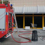 Brucia il cestino dei rifiuti, il pronto intervento dei vigili del fuoco evita danni in un negozio di abbigliamento di Fabriano
