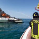 Imbarcazione avvolta dalle fiamme nel mare di Ancona affonda poco dopo