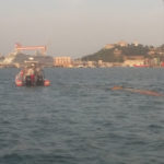 Un grosso tronco intralcia la navigazione, recuperato dai vigili del fuoco davanti al porto di Ancona