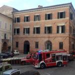 Tanta paura a Fabriano per un appartamento in fiamme nel centro storico