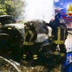 Un'auto distrutta dalle fiamme in un parcheggio pubblico di Sirolo