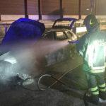 Caos e rallentamenti lungo l'autostrada per un'auto avvolta dalle fiamme