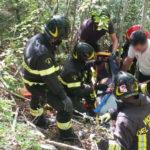 Finiscono con l'auto in una scarpata: due persone anziane recuperate dai vigili del fuoco