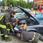 Un gattino resta incastrato nel vano motore di un'auto, salvato dai vigili del fuoco