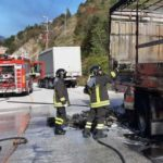 Il rimorchio di un autocarro in fiamme alla periferia di Albacina / FOTO
