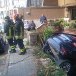 Auto finisce nel giardino di una casa e resta in bilico: momenti di paura per tre persone / FOTO