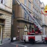 Pezzi di intonaco sono caduti nel pomeriggio da un palazzo nel centro di Ancona