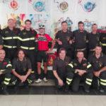 Vigile del fuoco fa il giro d'Italia in bicicletta: accolto e festeggiato dai colleghi di Ancona