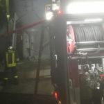 Silos in fiamme alla periferia di Tolentino: lungo intervento dei vigili del fuoco