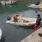 Recuperata dai vigili del fuoco una barca affondata nella zona portuale del Mandracchio