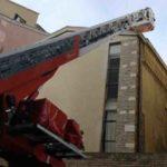 Rimossi da un palazzo di Ancona dai vigili del fuoco dei coppi pericolanti