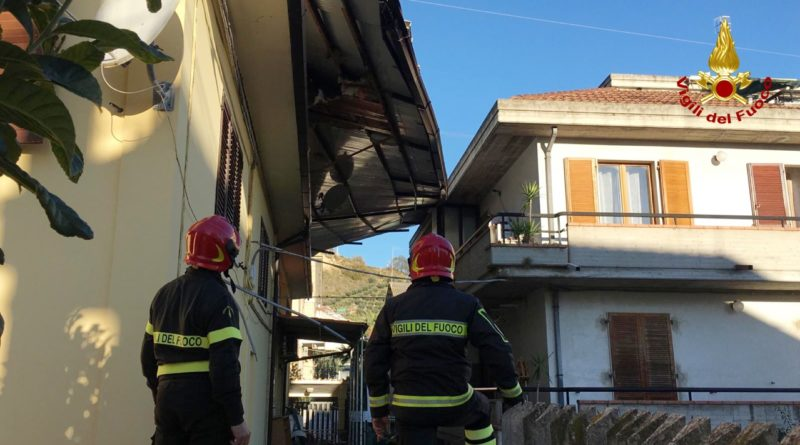 Il forte vento ha causato tanti danni nelle Marche: centinaia gli interventi dei vigili del fuoco / FOTO e VIDEO